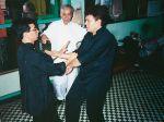 Meister Lok Sang und Si-Fu Wilhelm Blech üben unter der Aufsicht von Meister Lok Yiu