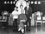 Großmeister Yip Man mit seinem Meisterschüler Lok Yiu und dessen Söhnen